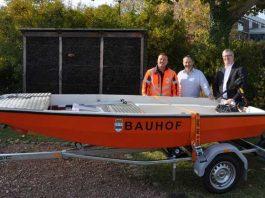 v. l: Timo Becker (Sachgebietsleiter Straßenunterhaltung), Bauhof-Leiter Hans Kaluza und Bürgermeister Wolfgang Heinrich freuen sich über das neue Boot des Bauhofs.