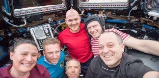 Ein Team im Weltraum – die ISS-Expedition 56-Crew (von links): Serena Auñón-Chancellor (Bordingenieurin/USA), Sergei Walerjewitsch Prokopjew (Bordingenieur/Russland), Andrew J. Feustel (Kommandant/USA), Alexander Gerst (Bordingenieur/Deutschland), Oleg Germanowitsch Artemjew (Bordingenieur/Russland), Oleg Germanowitsch Artemjew (Bordingenieur/Russland) und Richard R. Arnold (Bordingenieur/USA). (Quelle: ESA/NASA)