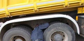 Kontrolle eines LKW (Foto: Polizei RLP)