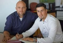 05-Sportvorstand Rouven Schröder (links) und Ahmet Gürleyen bei der Vertragsunterzeichnung (Foto: Mainz 05)