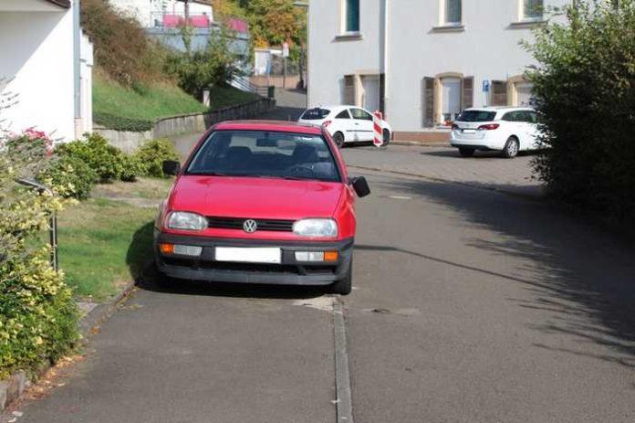 Neben dem ganz rechts geparkten PKW war relativ viel Platz zum vorbeifahren.