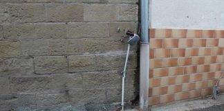 Ein Kabelschacht sowie die Hauswand sind bei dem Zusammenstoß beschädigt worden.