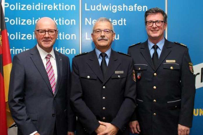 v.l.n.r. Polizeivizepräsident Eberhard Weber, Polizeidirektor Georg Litz, Ludwigshafen (ots) - Der 59-jährige Polizeidirektor Georg Litz ist seit dem 1. Oktober neuer Leiter der Abteilung Polizeieinsatz im Polizeipräsidium Rheinpfalz.