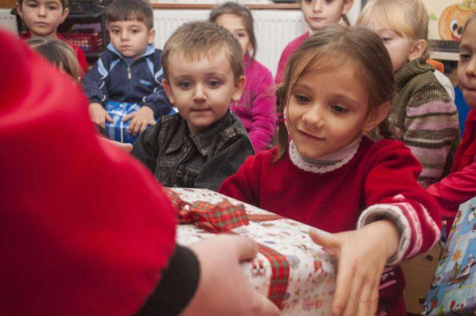Verteilaktion von Päckchen in einem rumänischen Kindergarten im Jahr 2014 (Foto: Frank Wendorff/Weihnachtspäckchenkonvoi)