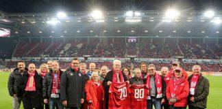 Mittig mit entsprechenden Trikots stehen Otto Schedler (geehrt für 70 Jahre Mitgliedschaft) und Heinz Tronser (geehrt für 80 Jahre Mitgliedschaft). (Foto: rscp/Mainz 05)