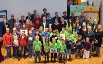 Sieben Preisträger freuen sich über den Klima- und Umweltschutzpreis. Foto: Kreisverwaltung Mainz-Bingen.