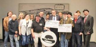 """Ehemalige und aktive Musiker von """"Les Patrons"""" überreichen die Spendenschecks an Oberbürgermeister Thomas Feser. Foto: Stadt Bingen"""