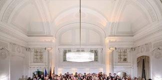 Minister Thomas Strobl (Bildmitte) und die Neubürgerin- nen und Neubürger bei der Einbürgerungsfeier im Neuen Schloss (Foto: Ministerium für Inneres, Digitalisierung und Migration)
