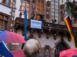 Auf dem Römerbalkon wird die European Republic ausgerufen (Foto: Niko Neuwirth)