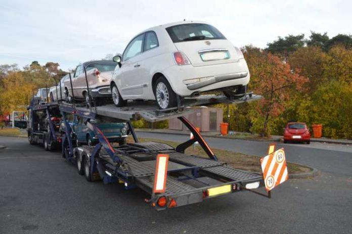 Polizei zieht Autotransporter aus dem Verkehr.