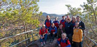 Die Helferinnen und Helfer der DRK Bergwacht Heppenheim bei einer Pause auf dem 12 Kilometer langen Dahner Felsenweg. (Foto: DRK Bergwacht Heppenheim)