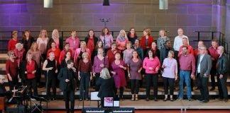 """Der Chor """"GospelGroove"""" mit Dekanatskantorin Barbara Pfalzgraff. (Foto: Evangelisches Dekanat Mainz/Bernd Eßling)"""
