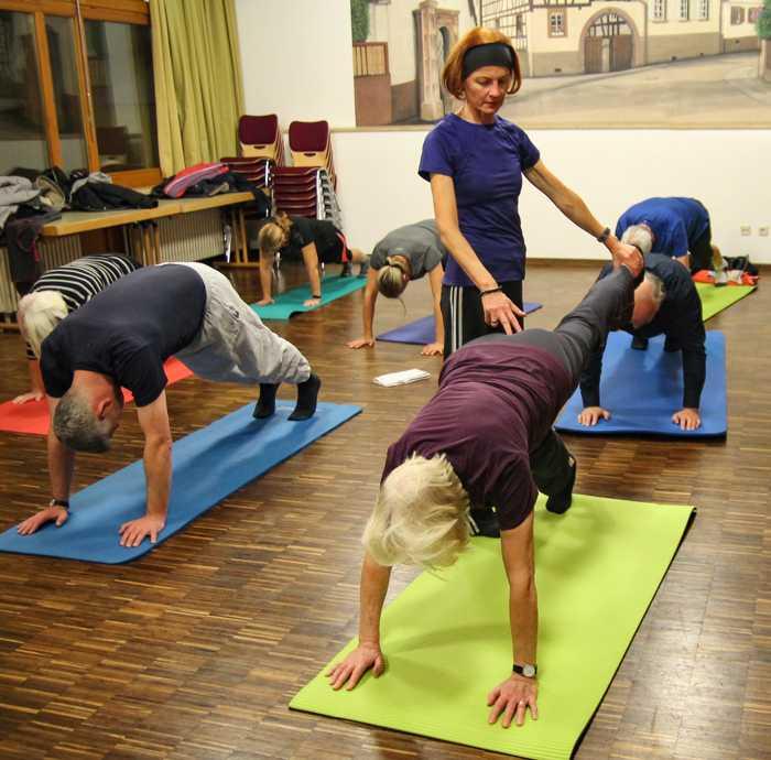 (aus der Pilates-Stunde von Rosa M. Mantel - Skizunft Durlach) Bildrechte:INI/Schwitalla.