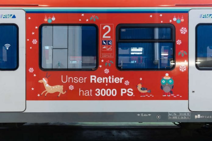 Festlich dekoriert. Die Weihnachts-S-Bahn 2018 (Quelle: RMV, DB AG/Andreas Varnhorn)
