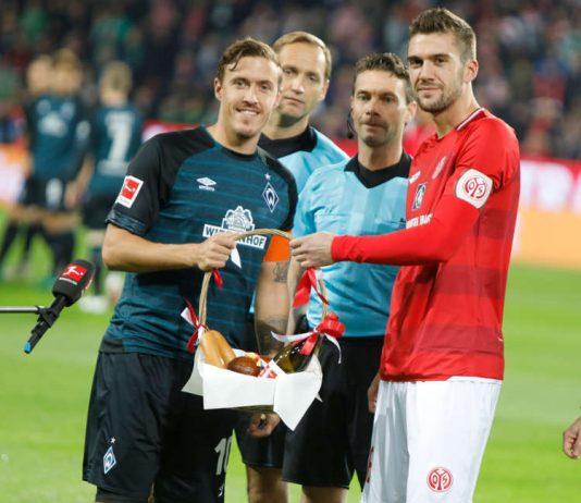 Übergabe des Korbs zwischen 05-Kapitän Stefan Bell (rechts im Bild) sowie Werder-Kapitän Max Kruse (Foto: rscp/Mainz 05)
