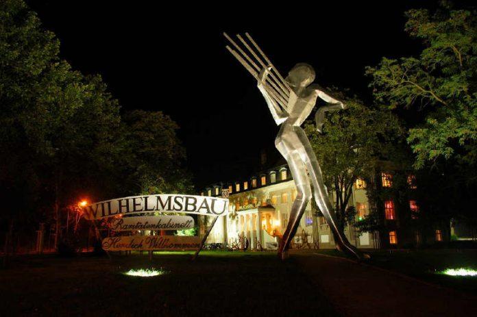 Museum Wilhelmsbau, Außenansicht mit der Figur Orpheus (Foto: Technik Museum Speyer)
