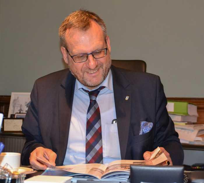 Oberbürgermeister Thomas Feser bei der Lektüre des druckfrischen Bingen- Magazins. Foto: Stadt Bingen