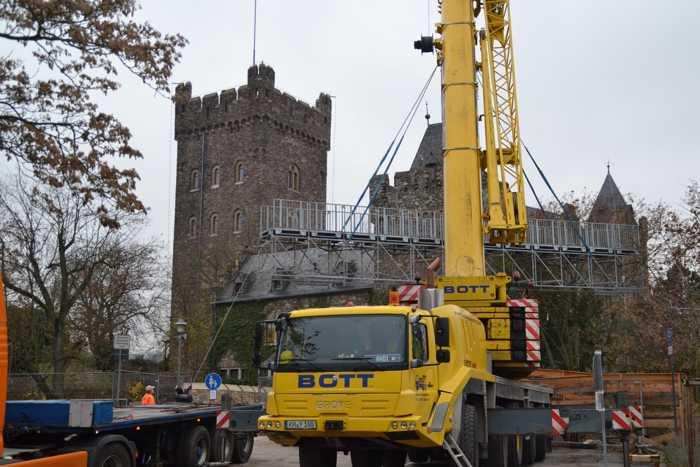 Schwere Last – der Abbau der Behelfsbrücke zeigt das Ende der Sanierungsarbeiten an. Foto: Stadt Bingen