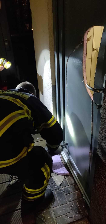 Feuerwehr im Einsatz an der Toilettentür