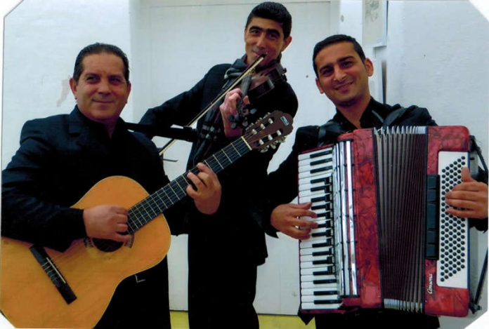 "Die Gruppe ""Roma Trio"""