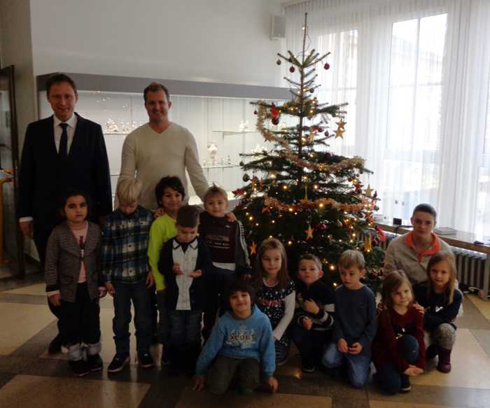 Gruppenfoto OB Hebich Kita Kinder Sapperstraße gemeinsames Baumschmücken - Foto: Pressestelle FT