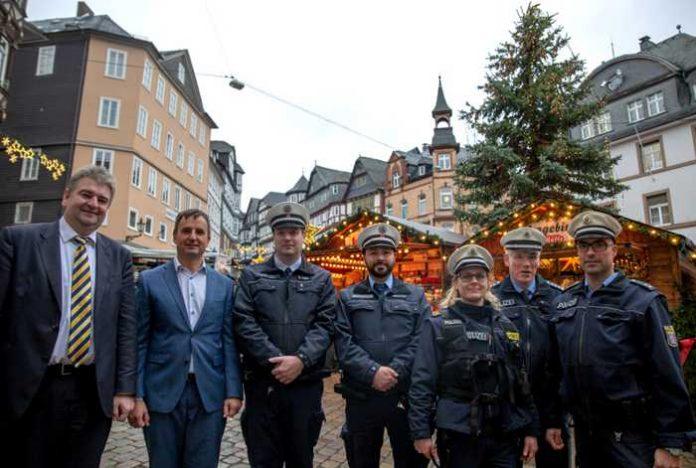 Links nach rechts: Bürgermeister Wieland Stötzel,Kriminaldirektor Koch, zwei Bedienstete des Ordnungsamtes, POK´ in Naumann, Heinz Frank, Leiter der Pst. Marburg, sowie POK Ruppersberg