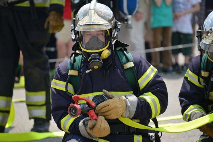 Symbolbild Feuerwehrmann, Löschen © Pixabay