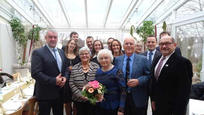 Bürgermeister Stefan Reichert (1.v.l.), die Zweite Kreisbeigeordnete Ursula Hartmann-Graham (3.v.l.), der Erste Beigeordnete Franz Josef Eckes (1.v.r.) und Familienmitglieder feiern die diamantene Hochzeit von Ehepaar Wandrer (Mitte) aus Waldalgesheim. Copyright: privat.