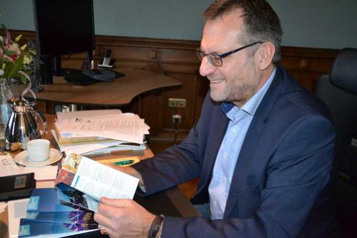 Oberbürgermeister Thomas Feser bei der Lektüre des aktuellen Veranstaltungskalenders. Foto: Stadt Bingen