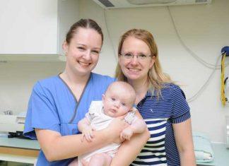 Hebamme Angela De Mattia mit Baby Myriam und Mama Mareike. Foto: Barbara Wilhelm