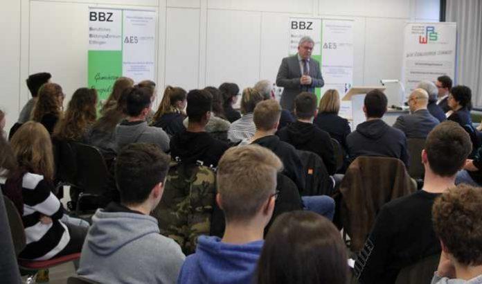 Guido Wolf MdL, Minister der Justiz und für Europa diskutierte mit den Schülerinnen und Schülern des Beruflichen Bildungszentrums Ettlingen die Zukunft von Europa.