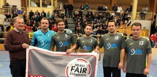 Kreisvorsitzender Johannes Kolmer mit Spielern der SpG SVfb Eberbach (Quelle: bfv/Frank Wolf)