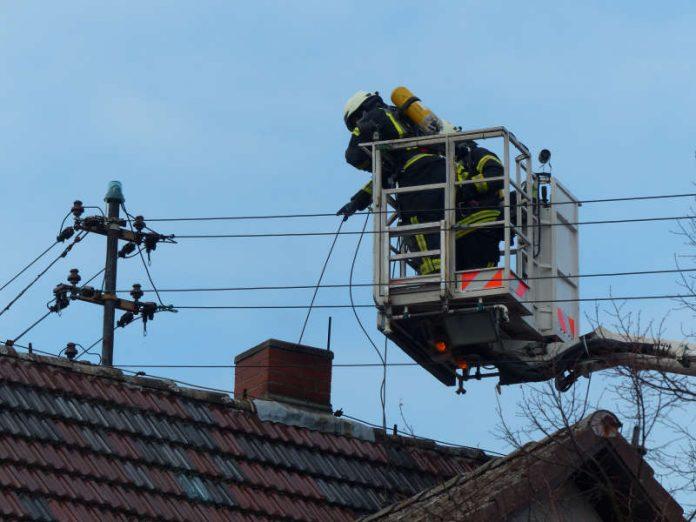Ein Hubrettungsfahrzeug kam zum Einsatz (Foto: Feuerwehr Neustadt)