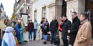 Am Eingang des Rathauses brachten die Sternsingerinnen und Sternsinger ihren traditionellen Segensgruß an. Quelle: Stadt Landau in der Pfalz