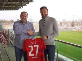 Volker Kersting (links im Bild), Leiter des Nachwuchsleistungszentrums des 1. FSV Mainz 05, und Dominic Peitz bei der Trikotübergabe im Bruchwegstadion (Foto: Mainz 05)