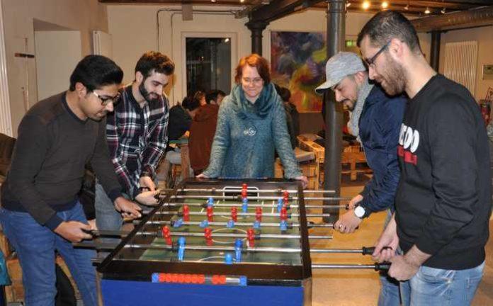 Hesham (vorne links) und Mazen gönnen sich eine kleine Kickerpartie mit Haytham (hinten rechts) und Munir. Vanessa Berg schätzt die Hilfsbereitschaft der vier jungen Syrer.