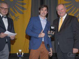 Der Sportleiter des ADAC Pfalz, Friedhelm Kissel, gratuliert Marijan Griebel zu seinen überragenden Erfolgen im Rallyesport und überreicht ihm dafür den Gert-Raschig-Gedächtnispreis. (Foto: Georg Biegel)