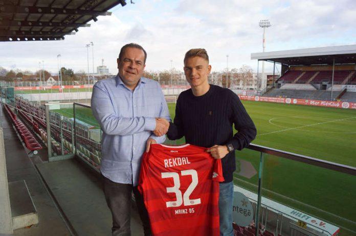 Volker Kersting (links im Bild), Leiter des Nachwuchsleistungszentrums des 1. FSV Mainz 05, und Thomas Grevsnes Rekdal bei der Trikotübergabe im Bruchwegstadion (Foto: Mainz 05)