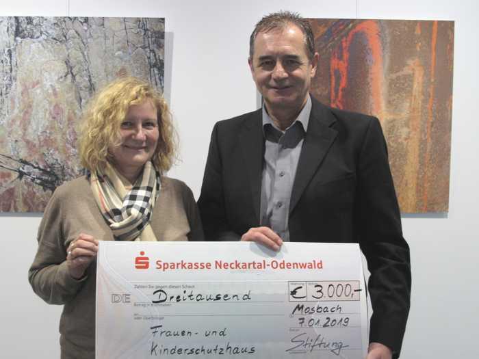 Stiftungsvorstand Horst Herdel übergibt Angelika Bronner-Blatz einen Scheck ber 3.000 Euro für den Förderverein Frauen- und Kinderschutzhaus. Foto: Landratsamt