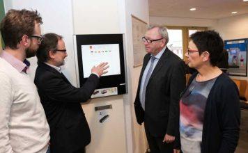 Gerhard Beister (2.v.l.) erläutert Landrat Ernst Walter Görisch (2.v.r.), Elisabeth Ließmann und Sascha Daub (Kreisverwaltung) das neue Aufruf- und Reservierungssystem. Foto: Simone Stier