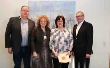 Landrat Ernst Walter Görisch (r.), Katharina Nuß (2.v.l.) und Bernd Keller gratulierten Christel Baab zum Dienstjubiläum. Foto: Simone Stier