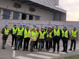 Die Teilnehmer vor dem großen Müllbunker auf Gleisen der Bahnanlieferung (Foto: CDU Haßloch, Christoph Hass)