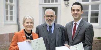 Bürgermeister Wolfgang Erichson (Mitte) hat am 17. Januar Allison Kraft und Mohammed Khalil Mohammed Issa die Einbürgerungsurkunden überreicht. Foto Stadt Heidelberg (Rothe)