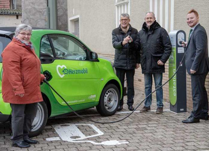 """Ortsbürgermeisterin Amanda Wucher """"tankt"""" und Beigeordneter Reinhold Dannheimer erhält den Schlüssel zur Probefahrt. Foto: EWR AG"""