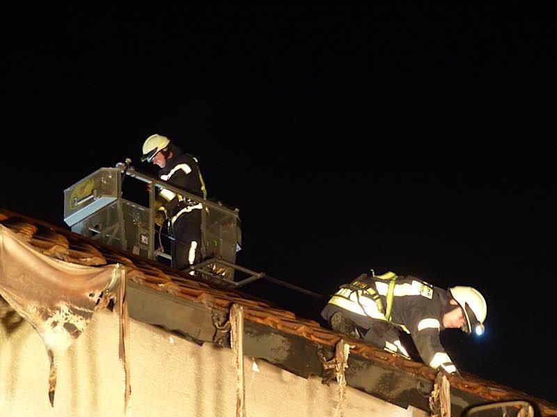 Kontrolle des Dachstuhls (Foto: Feuerwehr Neustadt)