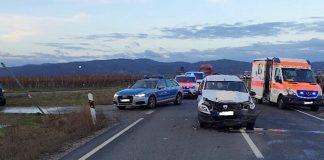 Der Dacia prallte gegen das Heck des Anhängers (Foto: Polizei RLP)