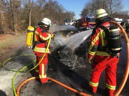 Artikel_PKW auf Autobahnparkplatz komplett ausgebrannt © Feuerwehr Bruchsal