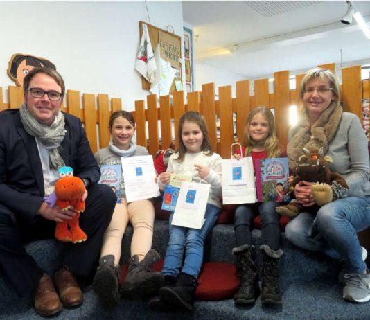 Büchereileiterin Pfadt und Beigeordneter Meyer gratulieren den Gewinnerkindern (Foto: Gemeindeverwaltung Haßloch)