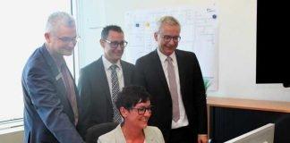 Haben den Startschuss für die E-Rechnung gegeben: (v.r.n.l.): Landrat Dr. Christoph Schnaudigel, ITEOS-Geschäftsführer William Schmitt, Finanzdezernent Ragnar Watteroth und Sabine Eisemann.