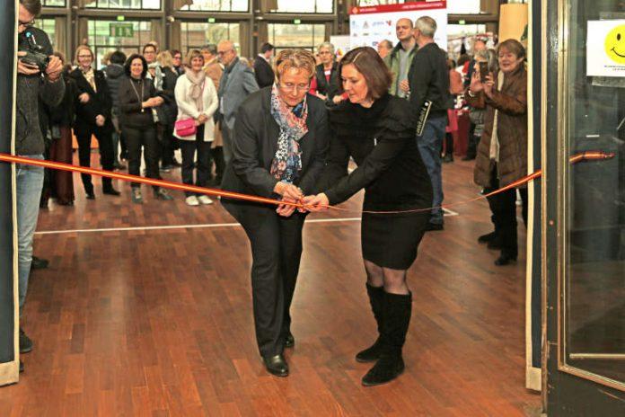 Erste Bürgermeisterin Gabriele Luczak-Schwarz und Pfennigbasarleiterin Dr. Birgit Maczek (Foto: Klaus Eppele)